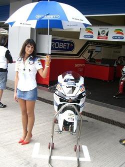 Une jeune femme Honda LCR