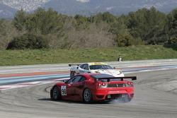 #99 JMB Racing Ferrari F430 GT en tête à queue devant la #98 Ice Pol Racing Team Ferrari F430 GT: Yves Lambert, Christian Lefort