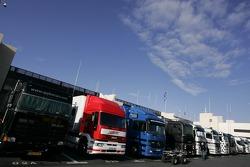 Camions dans le paddock