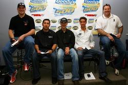 Les pilotes de la série Busch-Orient Matt Kobyluck, Jésus Hernandez, Joey Logano, Sean Caisse, et Mike Olsen assis lors d'une conférence de presse