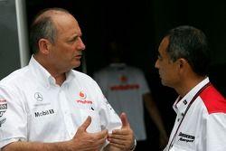 Ron Dennis, McLaren, Presidente y jefe de equipo, Hiroshi Yasukawa, Bridgestone