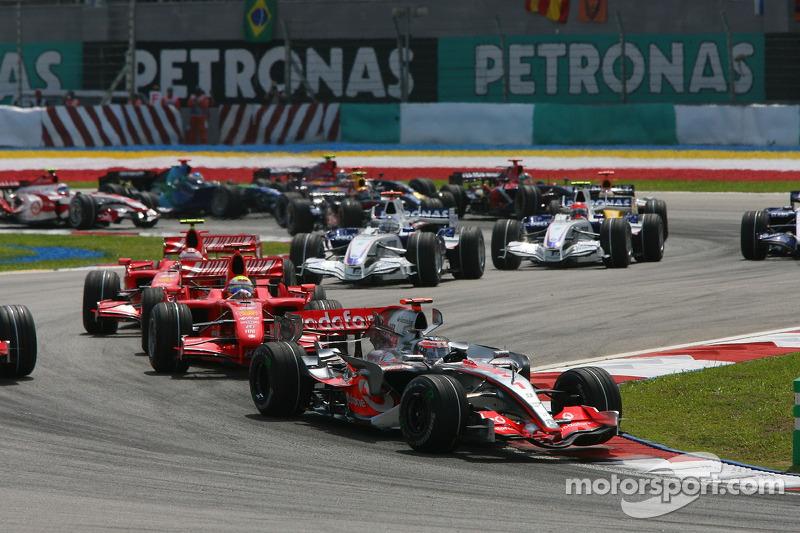 Start: Fernando Alonso, McLaren Mercedes, MP4-22, leads