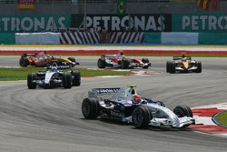 Robert Kubica, BMW Sauber F1 Team, F1.07 leads Nico Rosberg, WilliamsF1 Team, FW29