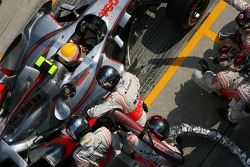 Lewis Hamilton, McLaren Mercedes, MP4-22 pitstop