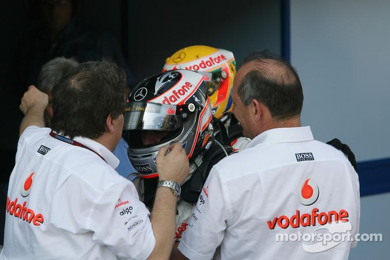 Yarış galibi Fernando Alonso kutlama yapıyor ve Lewis Hamilton. Norbert Haug ve Ron Dennis