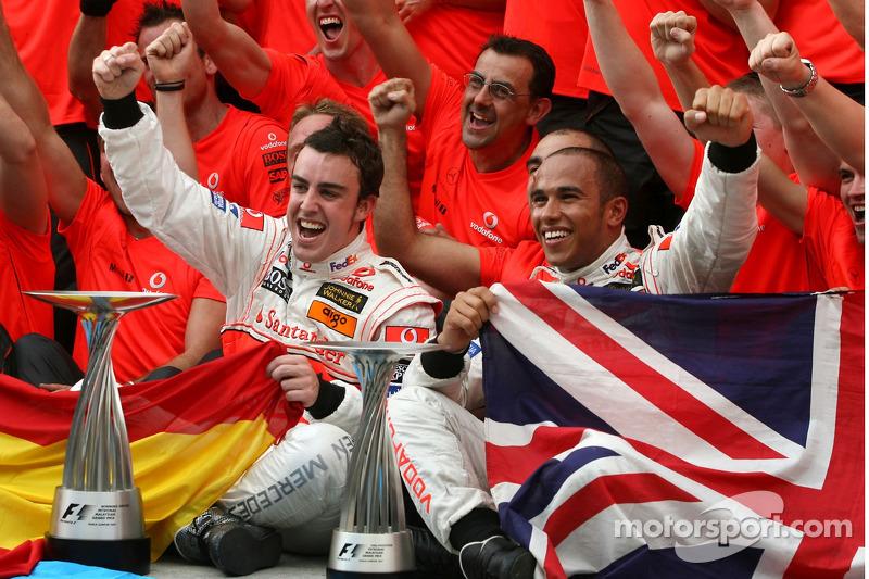 Celebración de la victoria con el equipo McLaren: Lewis Hamilton, Fernando Alonso