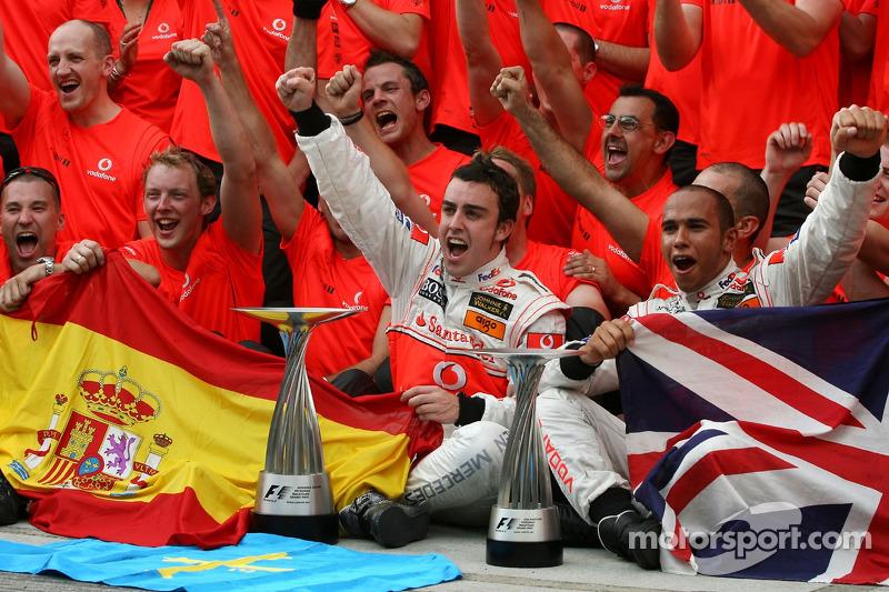 Victory celebration, McLaren: Lewis Hamilton, Fernando Alonso