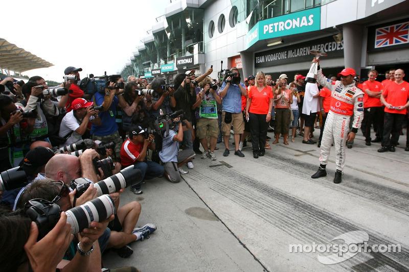 Celebración de la victoria con el equipo McLaren: Lewis Hamilton