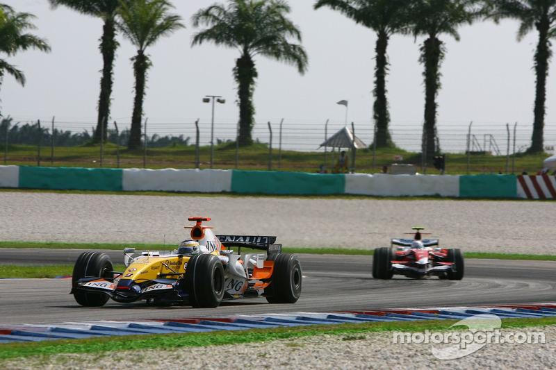 Giancarlo Fisichella, Renault F1 Team, R27 y Jarno Trulli, Toyota Racing, TF107