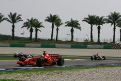 Kimi Raikkonen, Scuderia Ferrari, F2007 y Ralf Schumacher, Toyota Racing, TF107