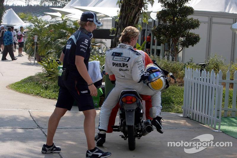 Nico Rosberg, WilliamsF1 Team vuelve a boxes tras un fallo mecánico