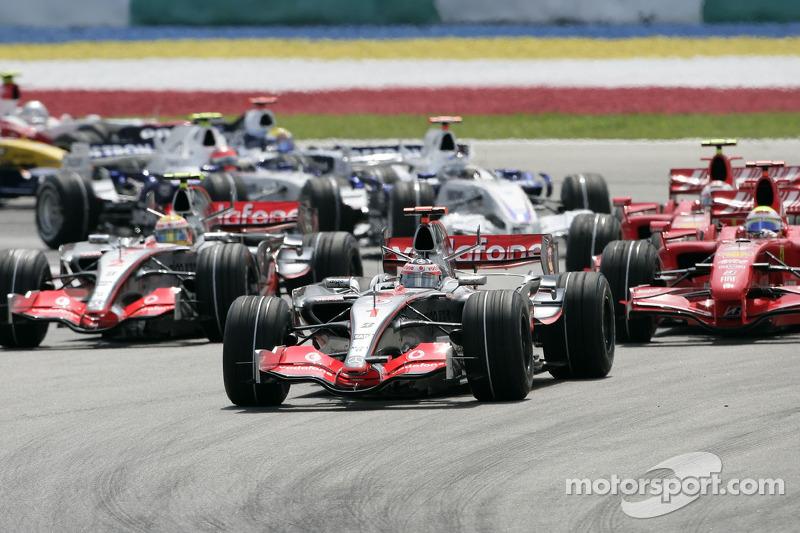 Salda: Fernando Alonso, McLaren Mercedes, MP4-22, lidera