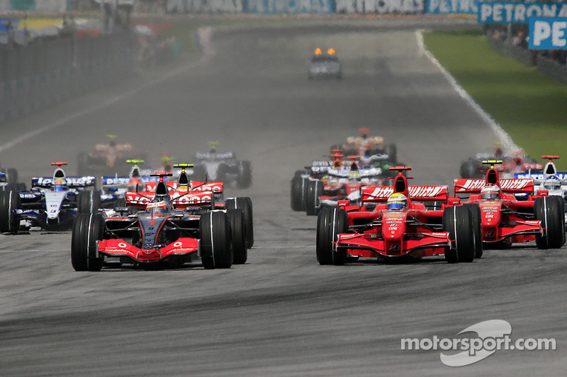 Start: Fernando Alonso, McLaren Mercedes, MP4-22 and Felipe Massa, Scuderia Ferrari, battle for the