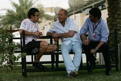 Фернандо Алонсо, McLaren Mercedes, руководитель команды McLaren Рон Деннис и Луис Гарсия Абад, менеджер Алонсо