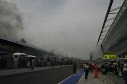 Le feu sur la voiture n ° 73 de Luc Alphand Aventures Corvette C5-R: Jean-Luc Blanchemain, Sébastien Dumez, Vincent Vosse