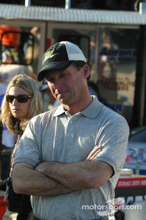 Dave Blaney montres le travail de l'équipage sur sa voiture épave