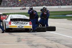 L'équipage de Brett Rowe essaye de réparer les dommages sur l'arrière