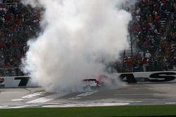 La voiture de Kenseth Matt est enveloppé de fumée durant son burn
