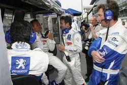 Membres de l'équipe Peugeot Total sur le mur des stands