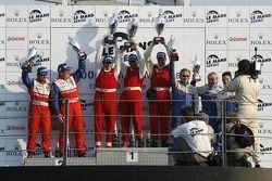 Podium LMP2: les vainqueurs Fredy Lienhard, Didier Theys et Eric van de Poele, seconde place Thomas Erdos et Mike Newton, et troisième place William Binnie, Allen Timpany et Chris Buncombe