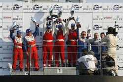 Podium LMP2: les vainqueurs Fredy Lienhard, Didier Theys et Eric van de Poele, seconde place Thomas Erdos et Mike Newton, et troisième place William Binnie, Allen Timpany et Chris Buncombe