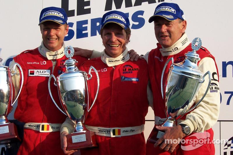 Podium LMP2: les vainqueurs Fredy Lienhard, Didier Theys et Eric van de Poele