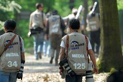 Les photographes se dirigent vers le centre des médias après la séance d'essais