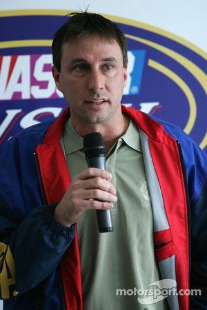 David Reutimann parle à des médias locaux