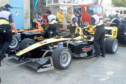 La voiture de Ronnie Bremer retourne dans le paddock