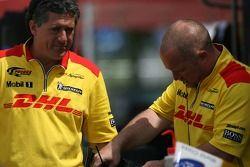Membres du team Penske Motorsports au travail