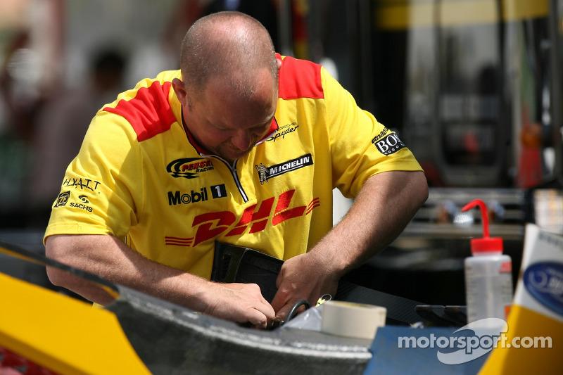 Membre de l'équipe Penske Motorsports au travail