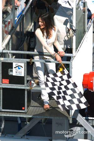Симпатичная девушка с клетчатым флагом