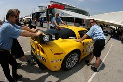 Membres de l'équipe Corvette Racing poussent la Corvette C6-R à l'inspection technique