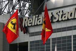 Drapeaux Ferrari devant le Reliant Stadium