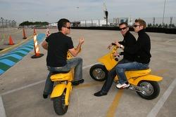 Sascha Maassen, Romain Dumas et Timo Bernhard inspectent la piste