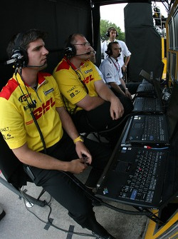 Membres de l'équipe Penske Motorsports regardant la séance de qualification