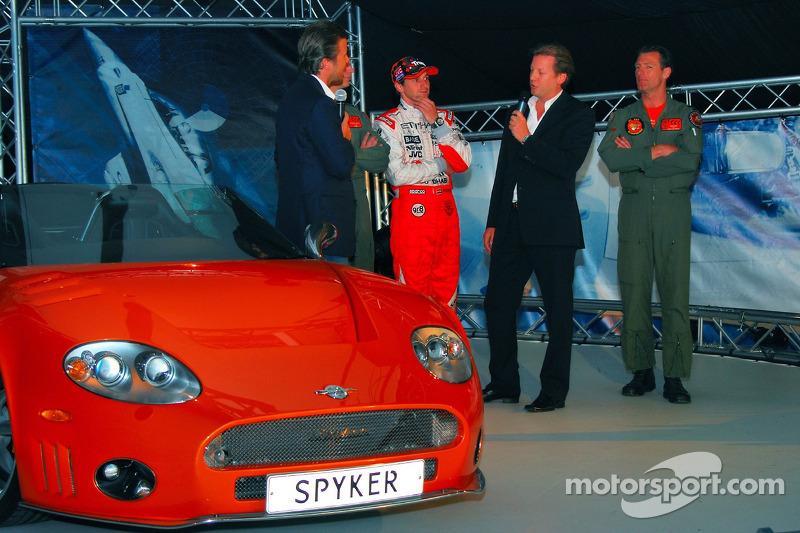 Christijan Albers, Spyker F1 Team, devant un avion de chasse