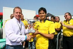 Martin Brundle attribue le Trophée BRDC McLaren Bruce à Alex Yoong, pilote de A1 Equipe de Malaisie