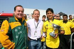Alan Jones et Martin Brundle lors de l'attribution du Trophée BRDC McLaren Bruce à Alex Yoong, pilote de A1 Equipe de Malaisie