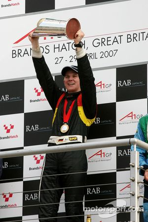 Podium: Le gagnant, Nico Hulkenberg, pilote A1 Equipe d'Allemagne