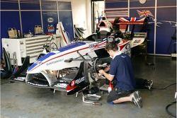 Mécanicien de l'équipe A1 Grande-Bretagne Lola A1GP prêt