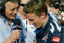 Robbie Kerr de A1 Team Grande-Bretagne est interviewé pour la télévision après sa pole à Brands Hatch lors de la qualification pour la finale du championnat A1 GP