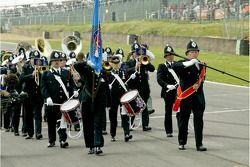 Quoi de plus britannique qu'une marche de la police brass band sur la grille avant le début de la co