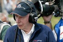 John Surtees regarde le A1 Team Grande-Bretagne Lola A1GP qui arrive sur la grille avant la course à
