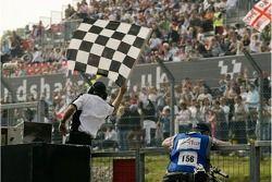 Le drapeau est agité à la fin de la course A1 GP à Brands Hatch. Nico Hülkenberg a remporté la cours