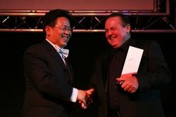 Liu Yu, Seat Holder and Team Manager of A1Team China takes the award from Alan Jones, Seatholder of