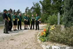 Clive Chapman Hijo de Colin Chapman visitan el monumento a Jim Clark con miembros del equipo Lotus