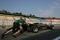 Mechanics pushing Katsuaki Kubota, Lotus 88B, to start the engine FIA-TGP Championchip