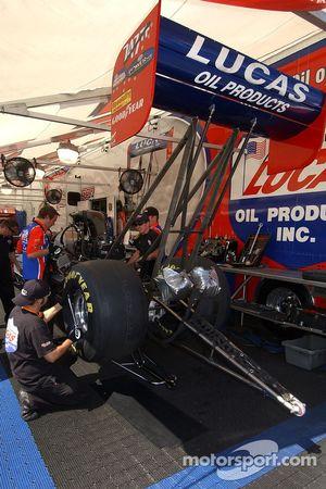 L'équipage de Morgan Lucas travaille sur la voiture entre les séances de qualification