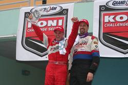 Shane Lewis et John Schmitt s'amuse sur le podium